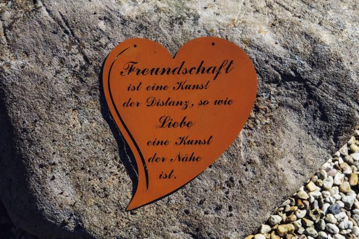 """Herz mit Spruch """"Freundschaft ist eine Kunst der Distanz, so wie Liebe eine Kunst der Nähe ist"""" - Rostig"""