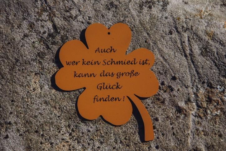 """Kleeblatt mit Spruch """"Auch wer kein Schmied ist, kann das große Glück finden"""" - Ohne Band - Rostig"""
