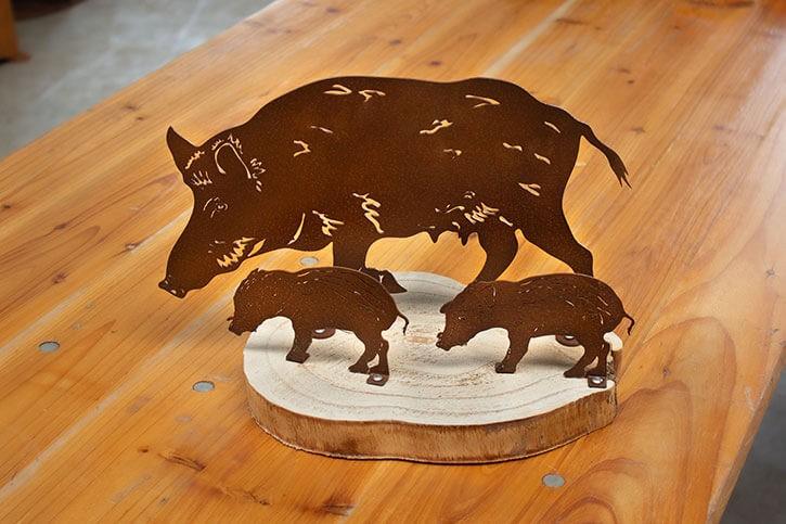Tischdeko Bache mit 2 Frischlingen auf Holzplatte - Rostig