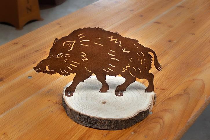 Tischdeko Keiler auf Holzplatte - Rostig